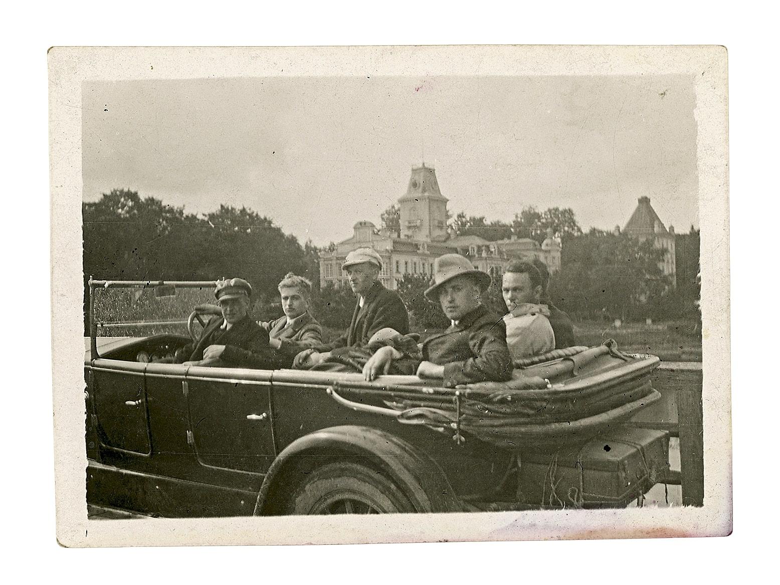 Iškylautojai automobilyje, fone Kėdainių dvaro rūmai, XX a. 4 (?) deš.