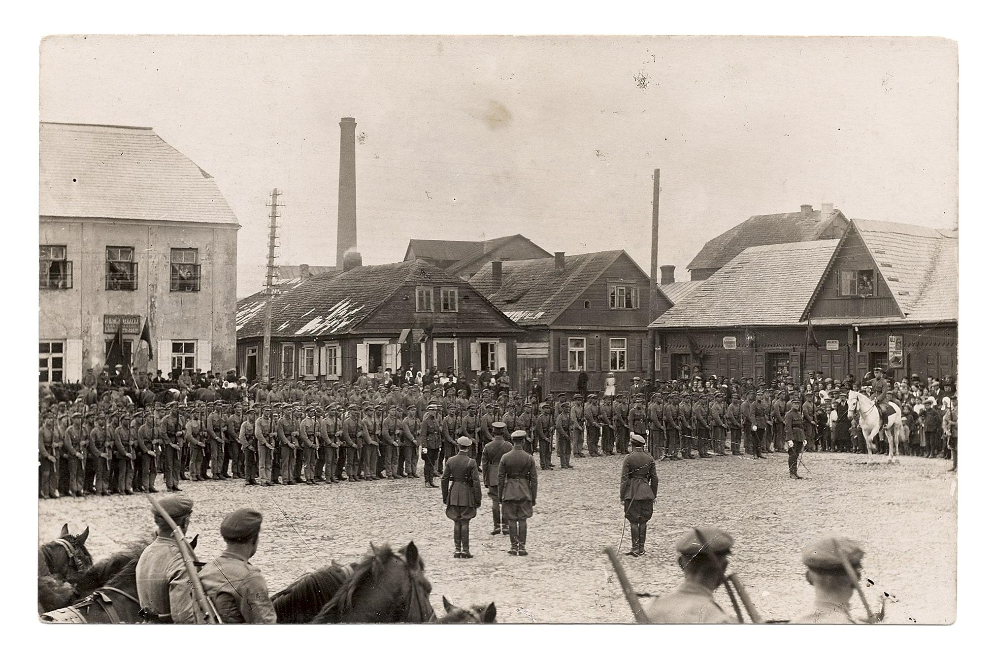 Iškilminga Lietuvos karių rikiuotė Vilniaus (dabar Didžiosios Rinkos) aikštėje Didžiajai Britanijai Lietuvą pripažinus de jure, 1922 m.