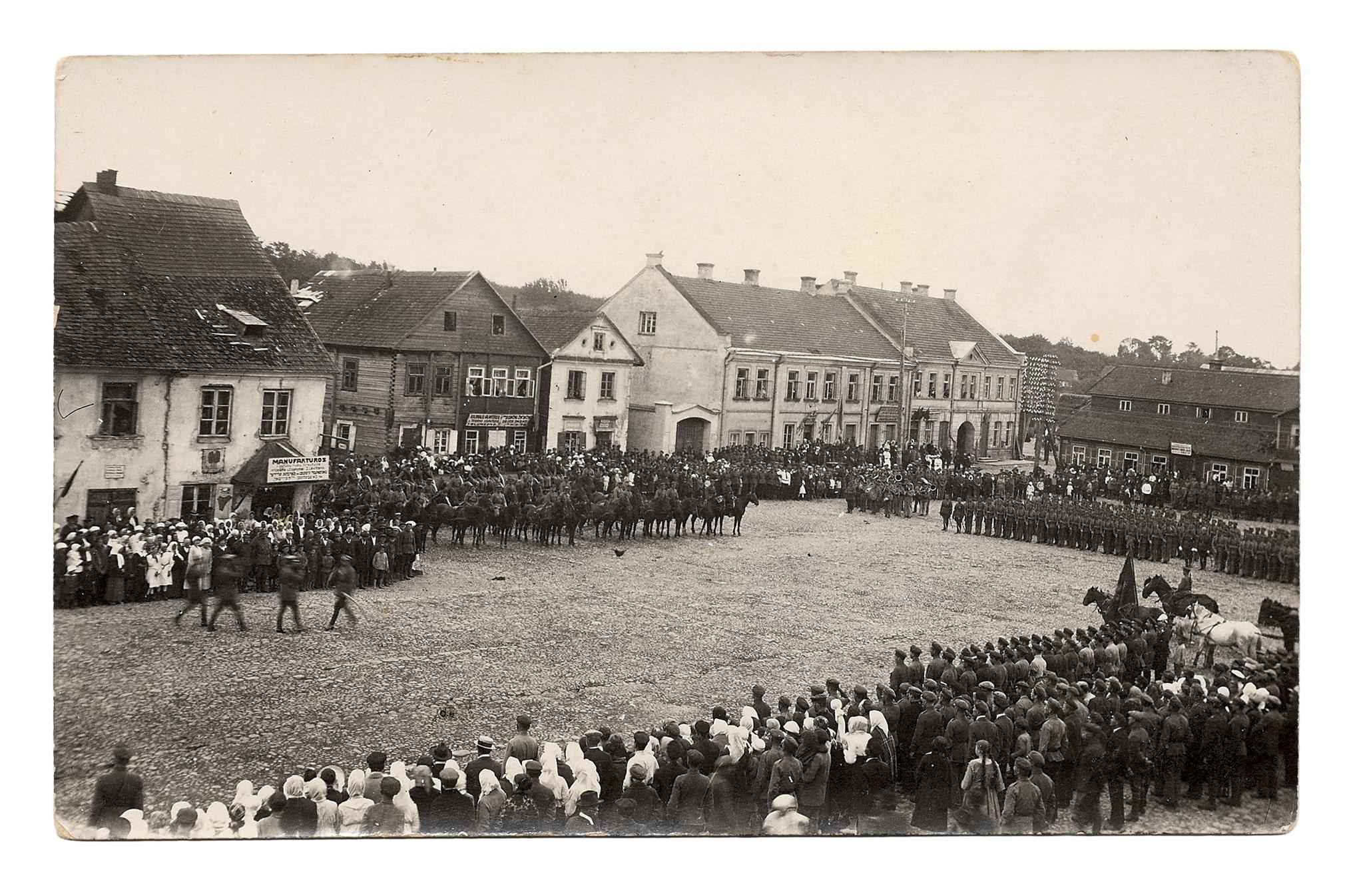 Iškilminga karinių dalinių ir šaulių rikiuotė Vilniaus aikštėje