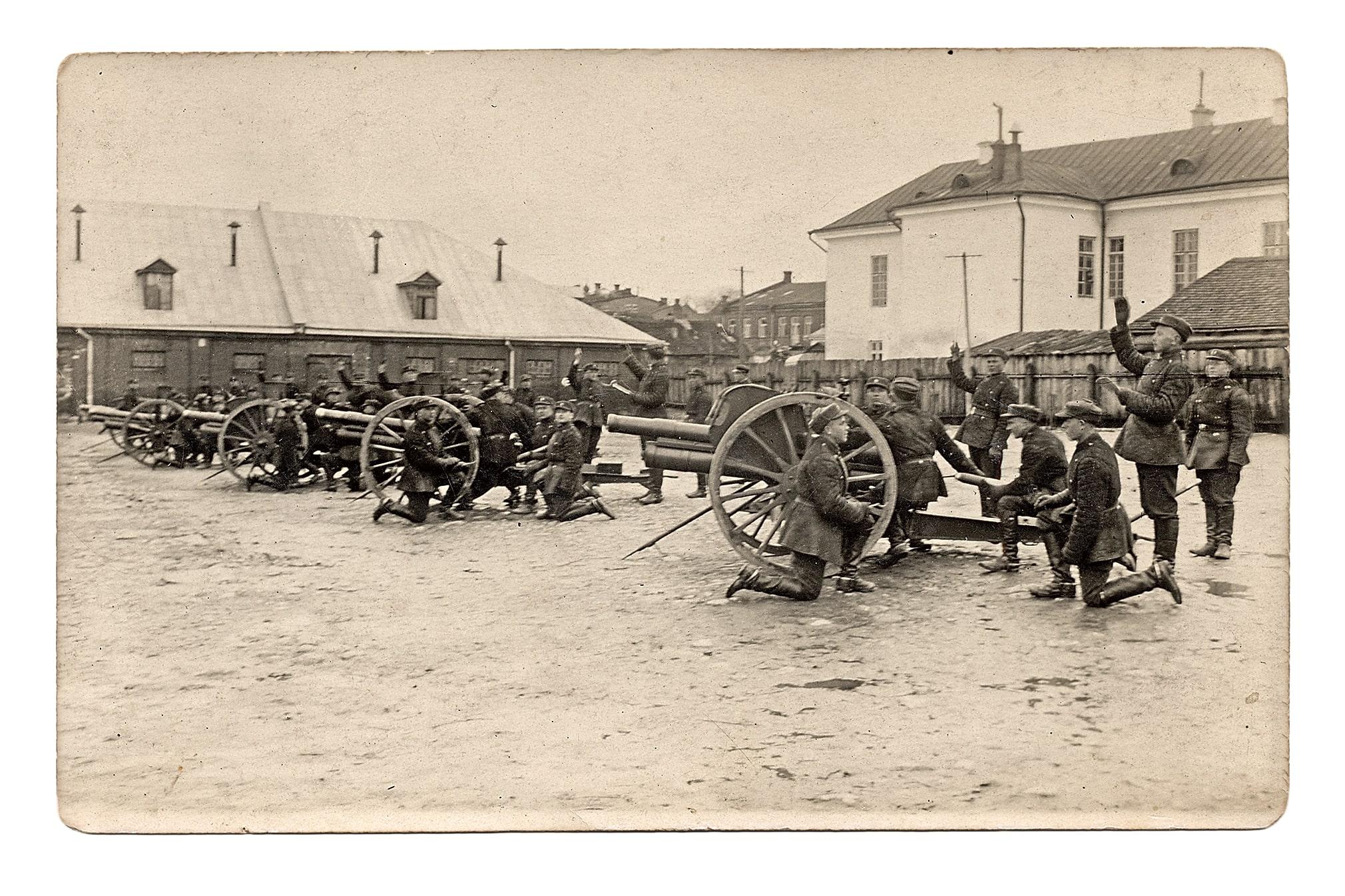 Antrasis artilerijos pulkas kareivinių kieme demonstruoja ginkluotę.