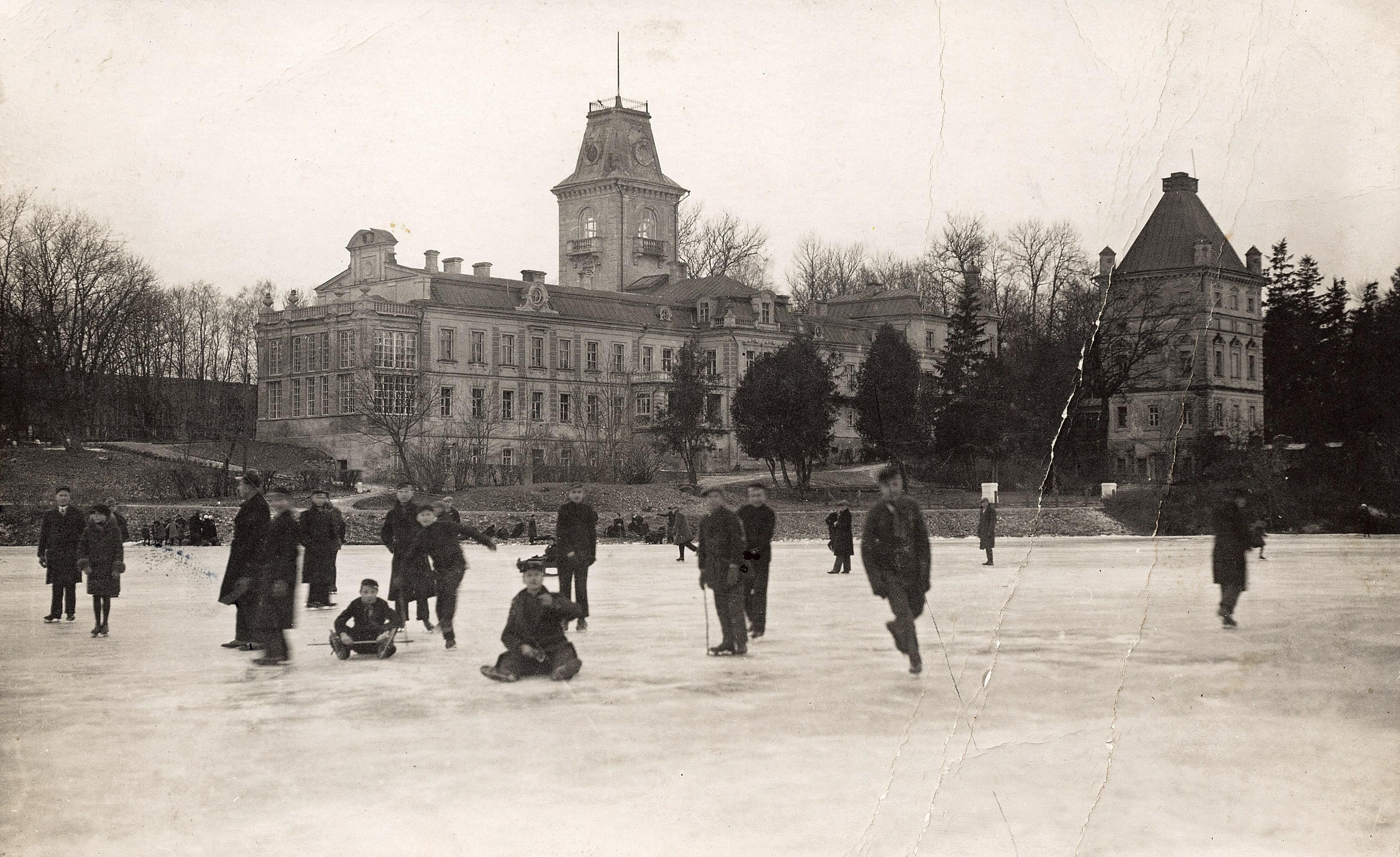 Aukštesnioji kultūrtechnikų mokykla buvusiuose Kėdainių dvaro rūmuose ir užtvenkta Dotnuvėlė žiemą. 1944 liepos 30 d. rūmai susprogdinti nacių