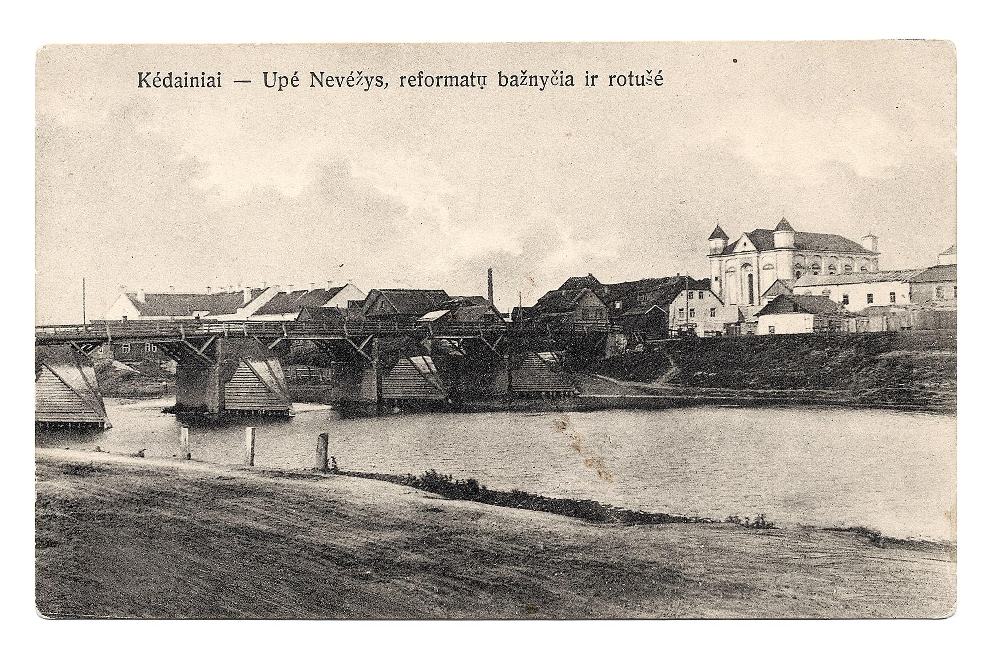 Pėsčiųjų tiltas per Nevėžį, dešinėje evangelikų reformatų bažnyčia, 1924 m