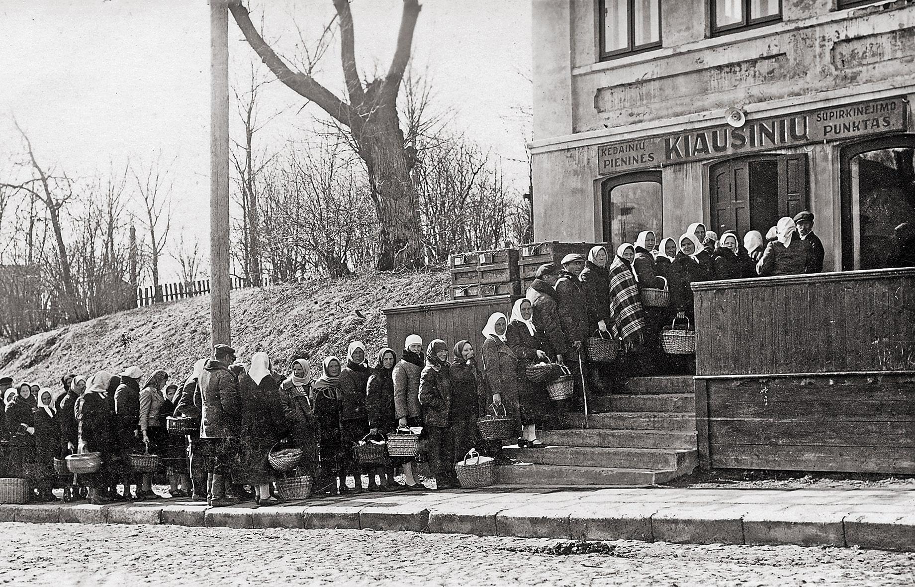 Eilė prie Kėdainių pieninės kiaušinių supirkimo punkto Gedimino gatvėje, 1938 m.