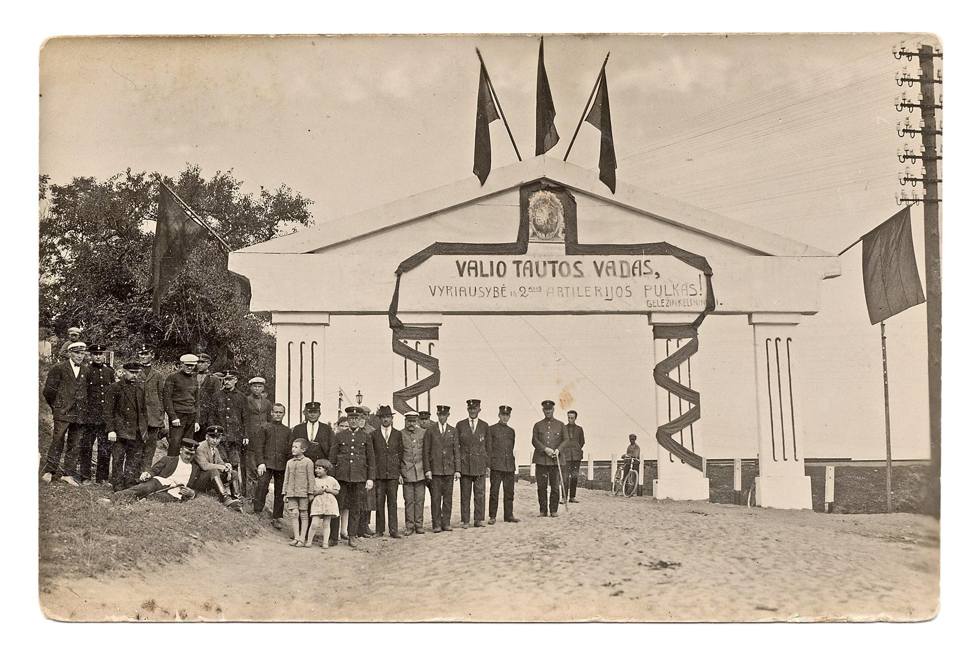 Belaukiant Prezidento Antano Smetonos, atvykstančio į Antrojo artilerijos pulko dešimtmečio iškilmes, 1929 rugsėjo 15 d.