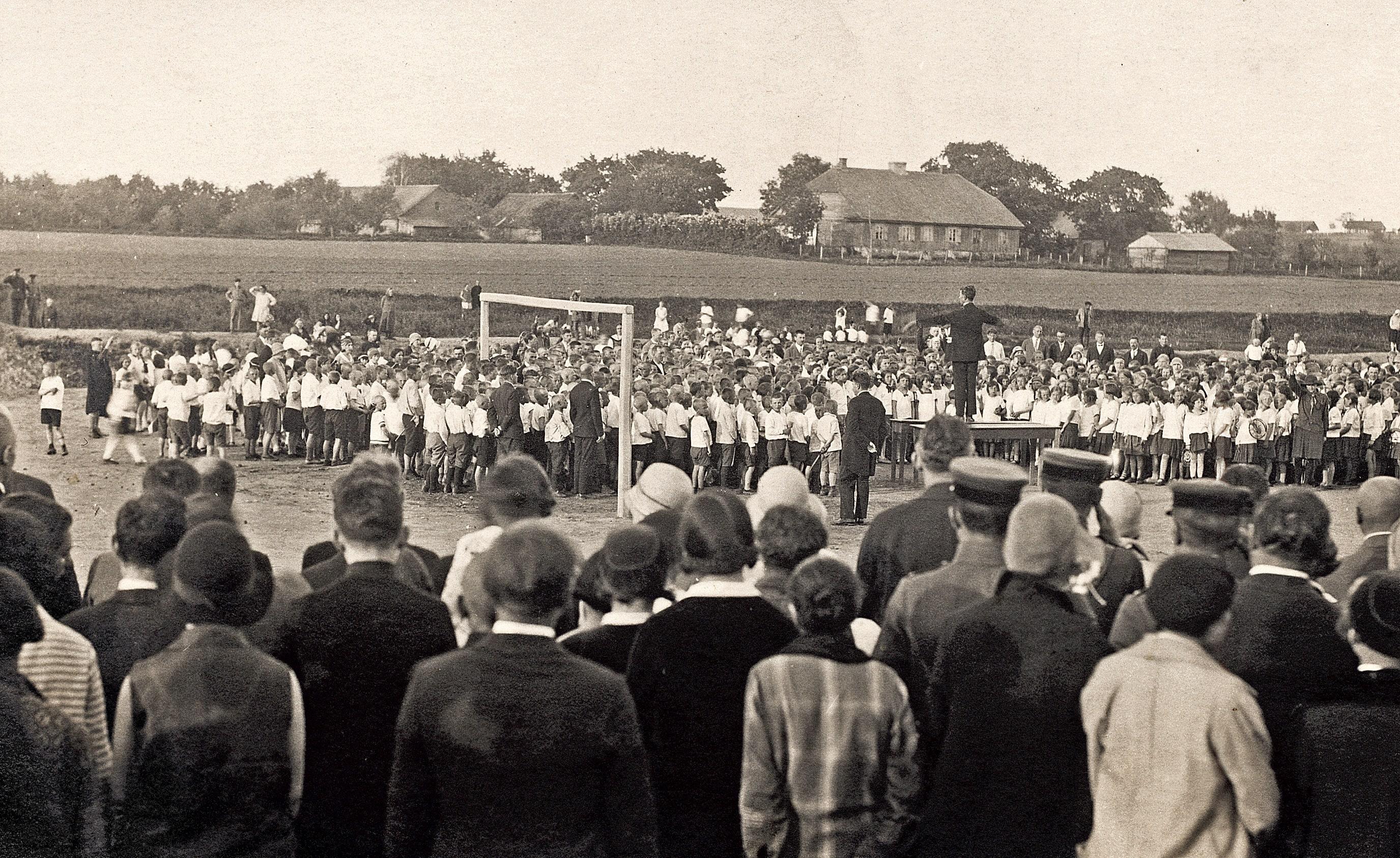 Choristų pasirodymas dainų ir sporto šventėje Antrojo artilerijos pulko stadione