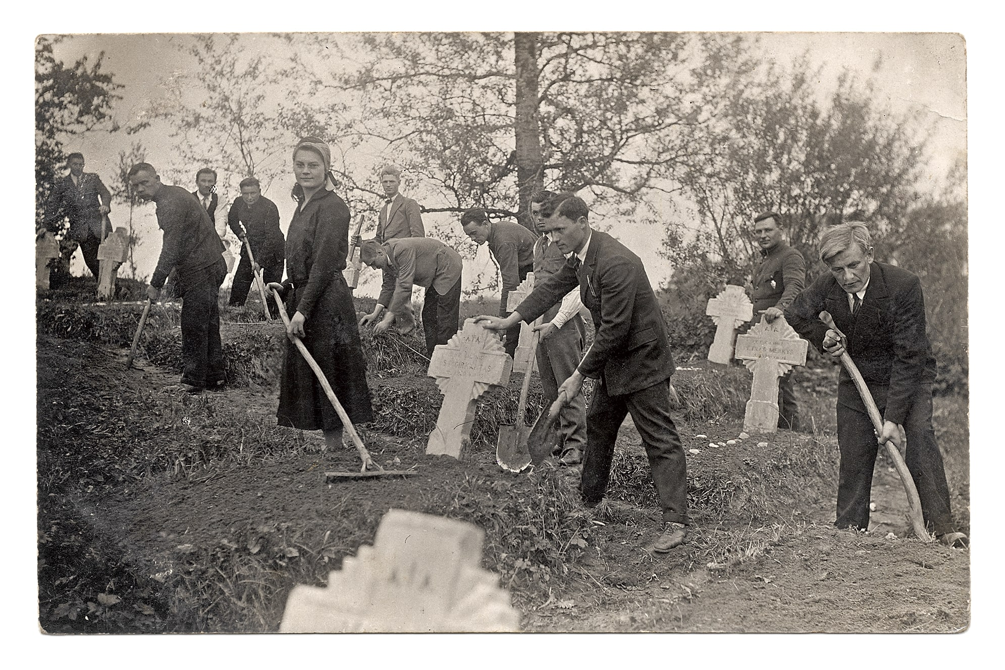 Kėdainių šauliai tvarko savanorių kapus Dotnuvos gatvės kapinėse, 1931 m.