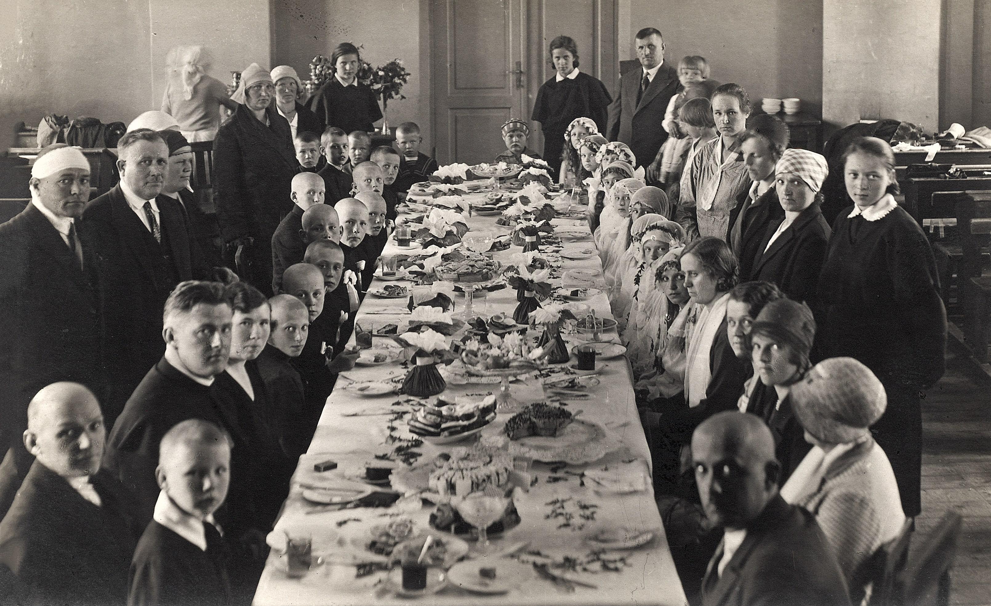 Iškilmingi pietūs Kėdainių gimnazijoje pirmosios komunijos proga