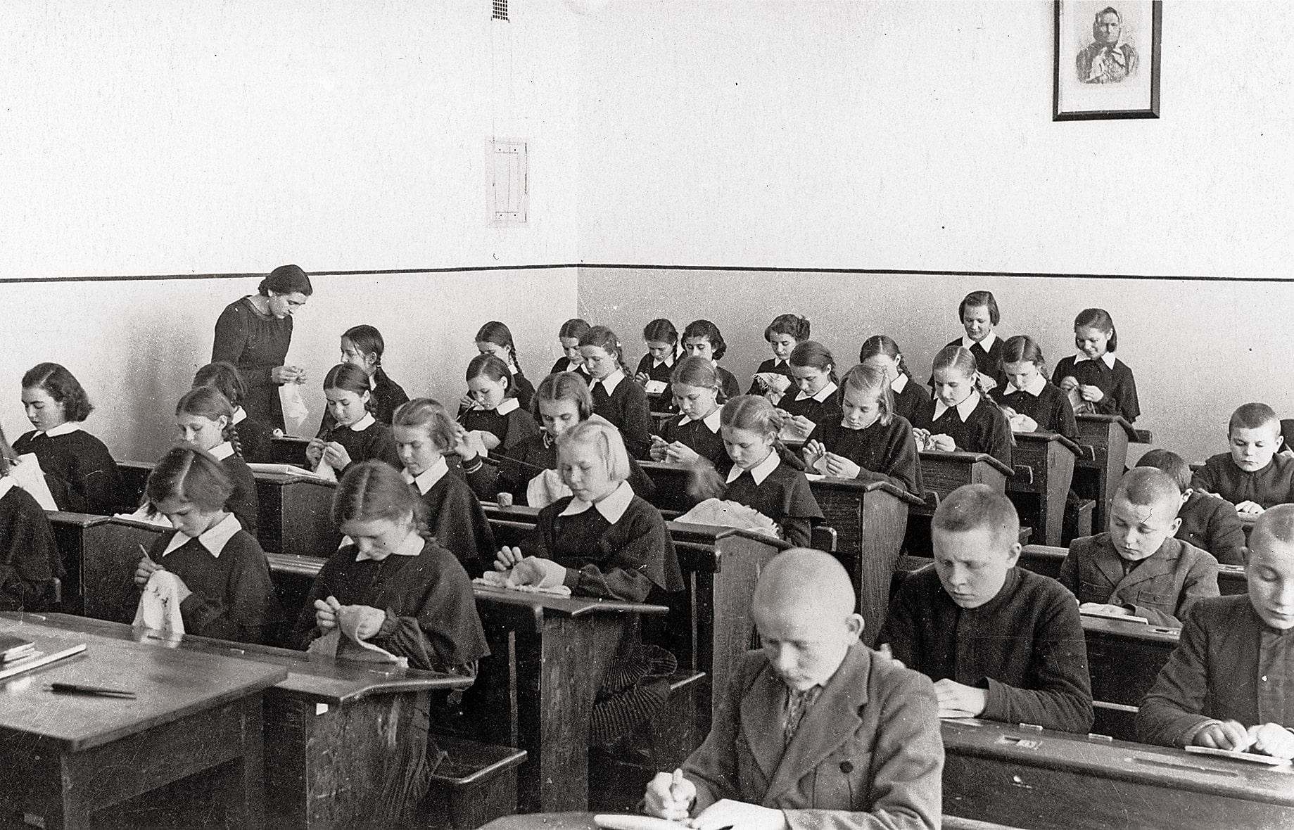 Rankdarbių pamoka gimnazijoje, 1938 m.