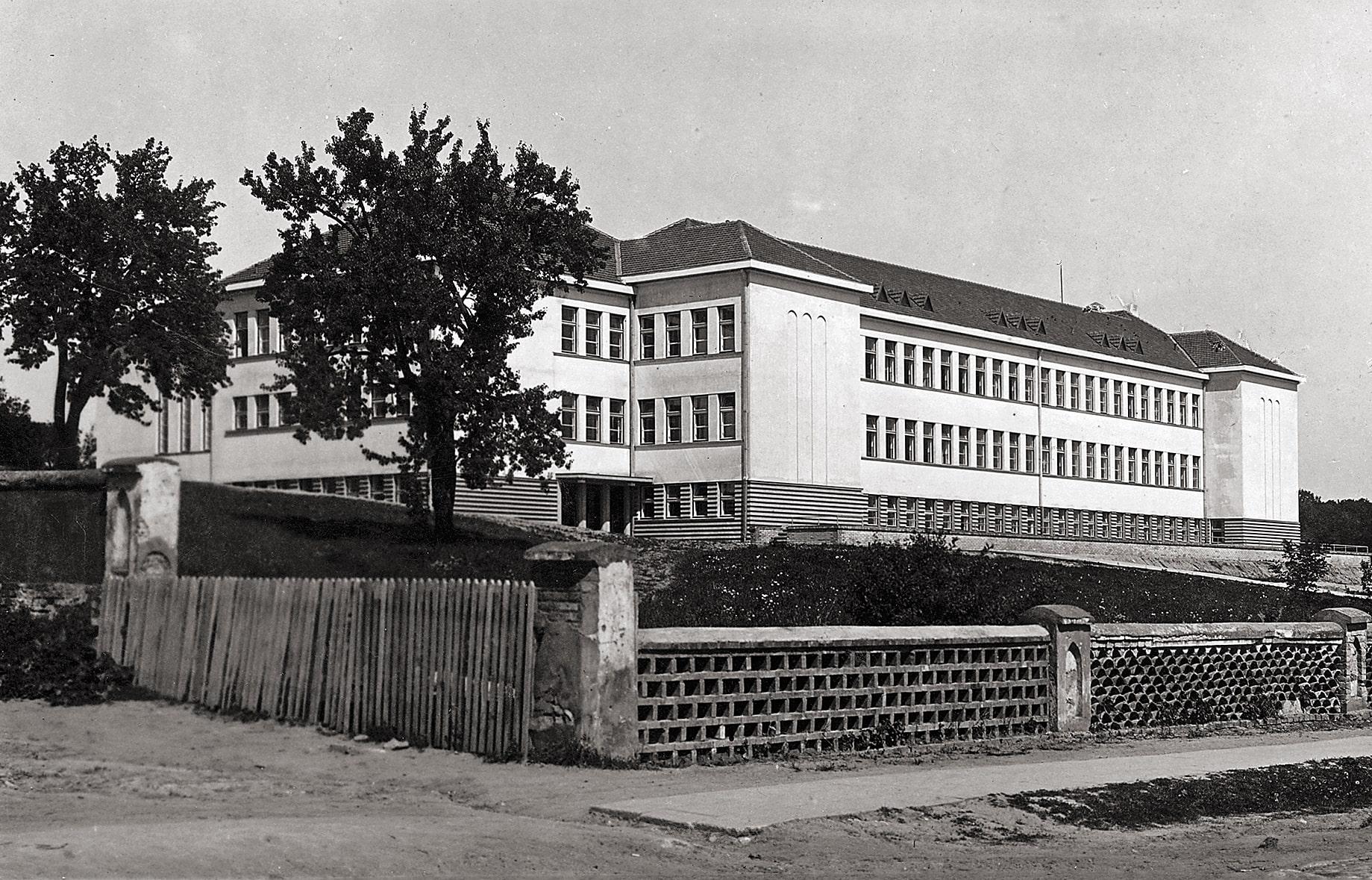Naujoji Kėdainių gimnazija. 1944 liepos 30 d. susprogdinta nacių
