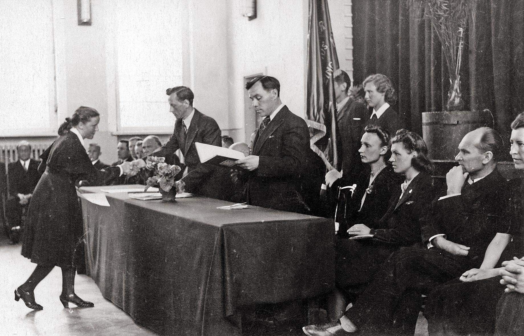 Brandos atestatų įteikimas Kėdainių naujojoje gimnazijoje, 1939 m. Kazio Daugėlios nuotr.