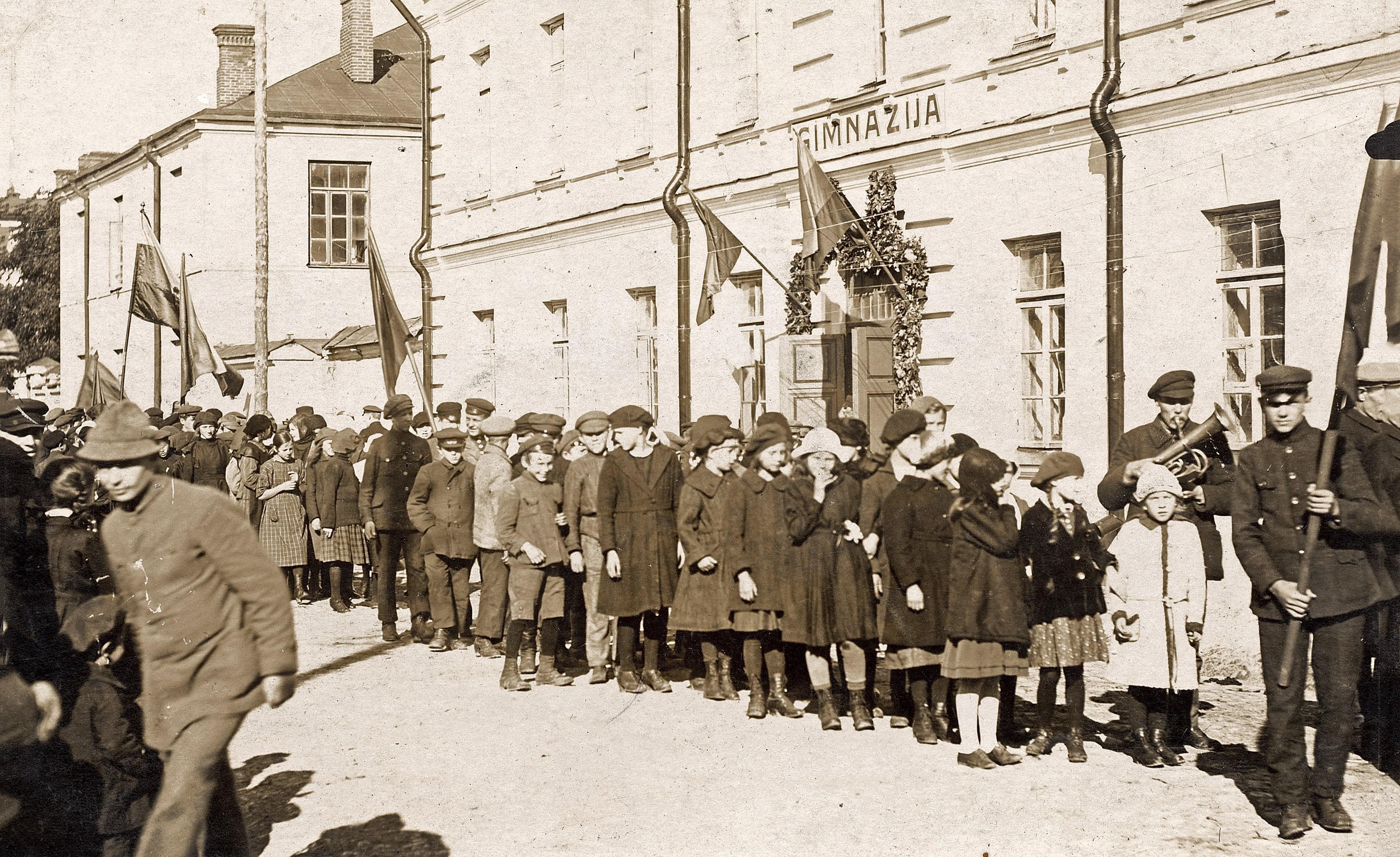 Gimnazistų eisena Gedimino (dabar Didžiojoje gatvėje), 1923 m.