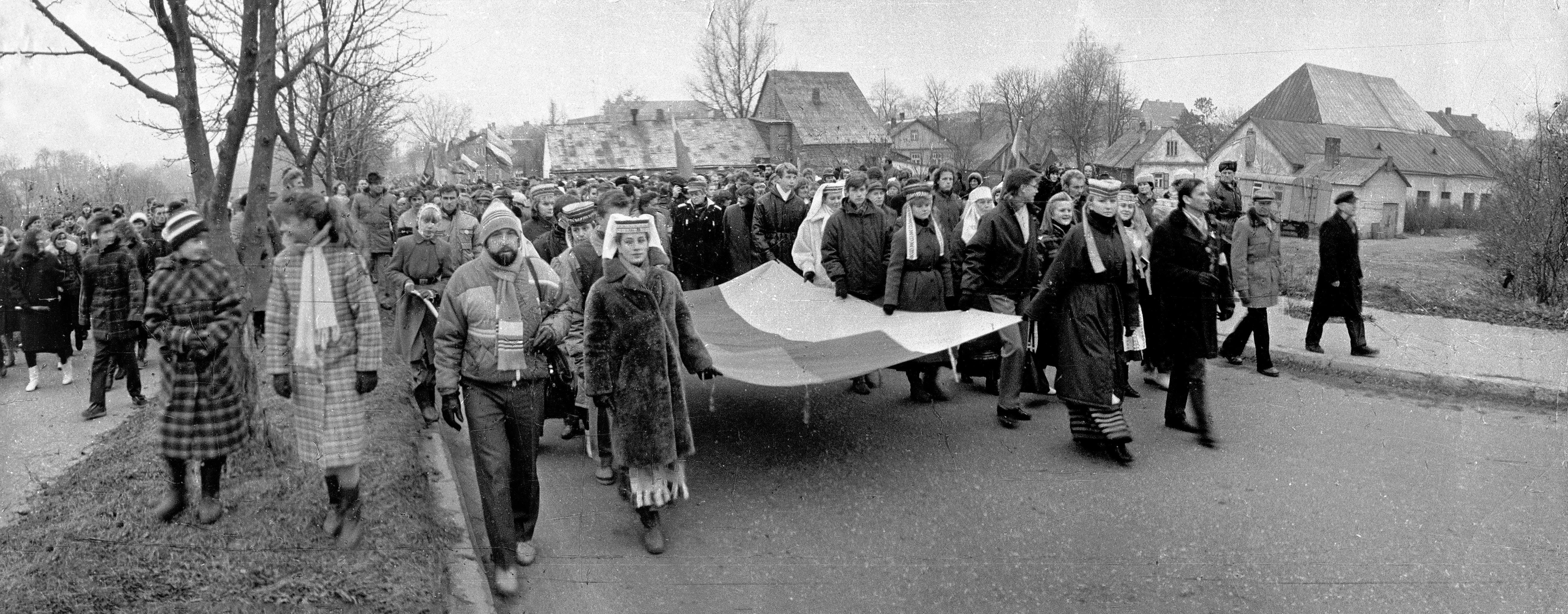 Tautinė vėliava nešama šventinti į Šv. Jurgio bažnyčią. Petro Januševičiaus nuotrauka, 1988 lapkričio 6 d.