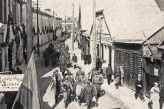 Antrojo artilerijos pulko kariai žygiuoja Gedimino (dabar Didžiąja) gatve, 1934 rugsėjo 9 d.