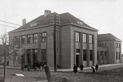 Lietuvos banko Kėdainių skyrius (arch.Arnas Funkas), pastatytas 1932 m. Gedimino (dabar Didžioji) ir Stoties (dabar J.Basanavičiaus) gatvių sankryžoje. 1944 liepos 30 d. susprogdintas nacių
