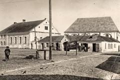 Kėdainių sinagogų kompleksas Sinagogų (dabar Senosios Rinkos) aikštėje, XX a. 4 deš. Priekyje stovėjusį šocheto - ritualinio skerdiko - namą 1942 m. nugriovė naciai